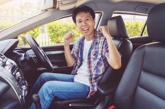 Asia mężczyzna uśmiechać się szczęśliwy i prowadzić samochód
