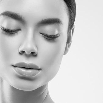 Asia piękna kobieta zdrowa skóra twarzy czysta świeża skóra spa. strzał studio. monochromia. szary. czarny i biały.