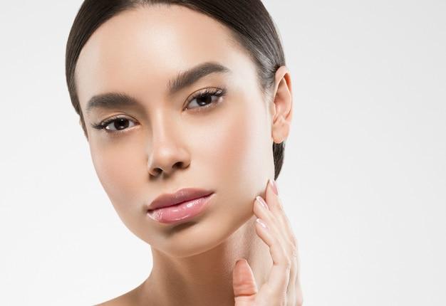 Asia piękna kobieta zdrowa skóra twarzy czysta świeża skóra spa. strzał studio. na białym tle.