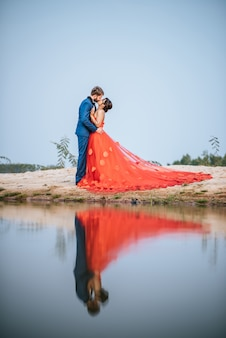 Asian bride and caucasian groom mają romans i razem szczęśliwi