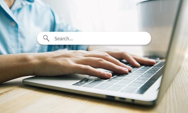 Asian businesswoman siedzi przy biurku w biurze. szczęśliwy biznes kobieta siedzi w biurze, dotykając palcami na klawiaturach swojego laptopa z ilustracjami wyszukiwania graficznej ikony. pomysł na biznes