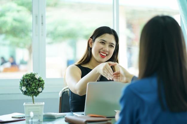 Asian businesswoman strony trzęsą się ze swoim partnerem lub klientem
