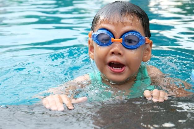 Asian cute boy rozpryskiwania na letni basen