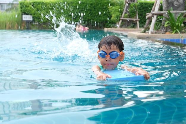 Asian cute chłopiec działalności na basenie