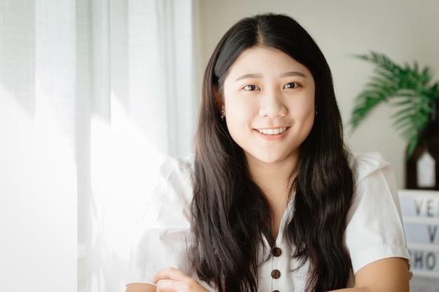 Asian cute girl teen uśmiechnięty w domu dla azji młoda żona dom szczęśliwy cieszyć się życiem w domu.