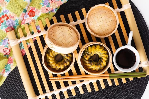 Asian food concept domowe dim sum smażony na parze czosnek szczypiorek pierogi bamboo basket