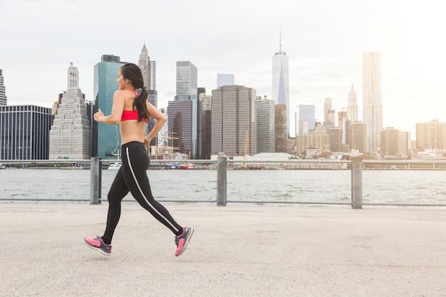Asian girl jogging w nowym jorku