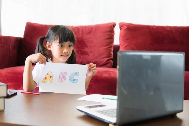 Asian girl student online nauka klasy studium online z laptopem w domu.