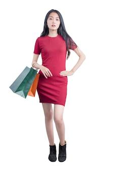 Asian kobieta przewożących torby na zakupy izolowanych na białym tle