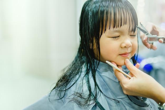 Asian little girl haircut. fryzjer, salon kosmetyczny