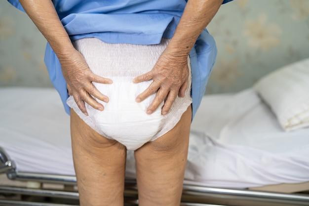 Asian pacjent starszy kobieta noszenie pieluchy dla osób nietrzymających moczu w szpitalu