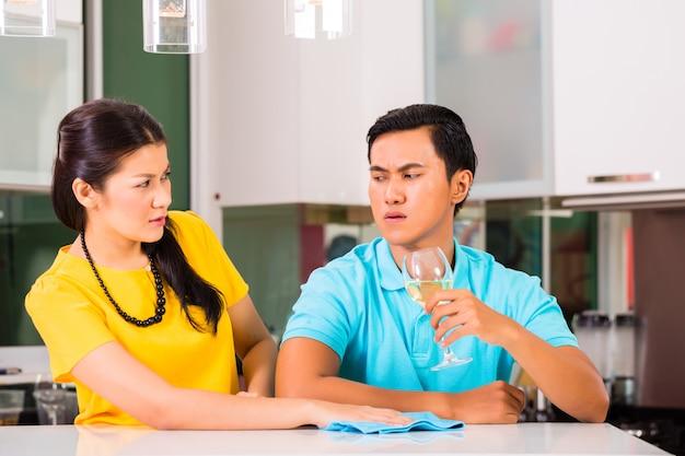 Asian para mająca trudności w relacjach