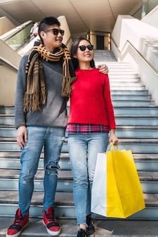 Asian para zakupy w centrum handlowym.