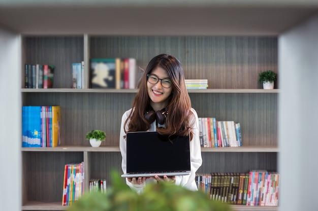 Asian piękna młoda bizneswoman prezentacja
