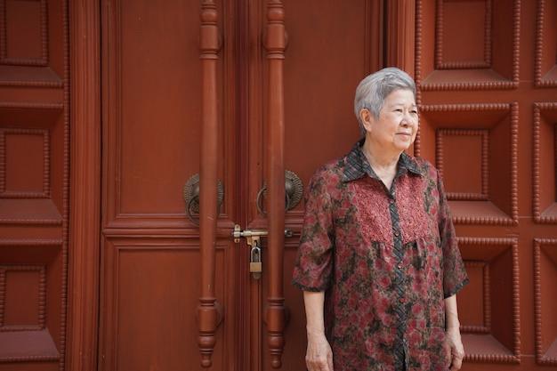 Asian stara starsza kobieta starsza kobieta relaks na tarasie balkonu. starszy styl życia w czasie wolnym