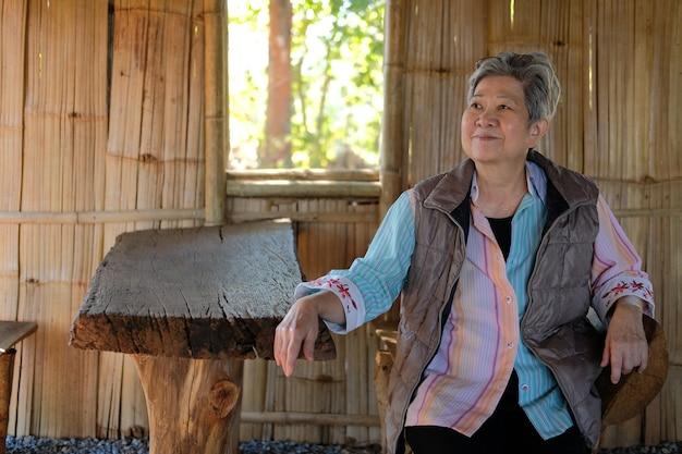 Asian stara starsza kobieta starszych kobiet relaksujący odpoczynek w domu. starszy styl życia w czasie wolnym
