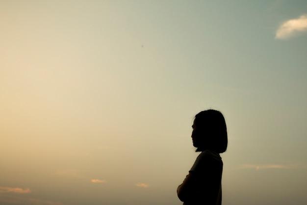 Asian sylweta kobieta na zachód słońca