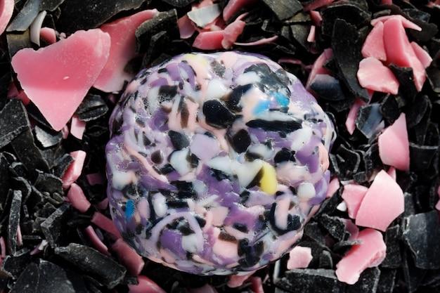 Asmr. przetnij mydło. zrelaksować się. tekstura wiórów mydlanych