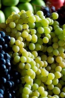 Asortowani winogrona przy rynku opóźniają w mercado centrali, cuzco, peru