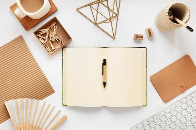 Asortyment artykułów piśmiennych z materiałów naturalnych