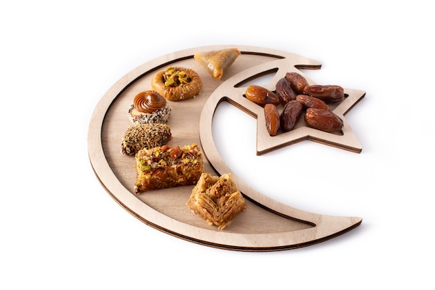 Asortyment baklava deser ramadan na białym tle