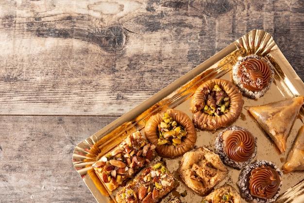 Asortyment baklava deser ramadan na drewnianym stole