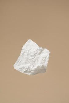 Asortyment białych chusteczek do nosa