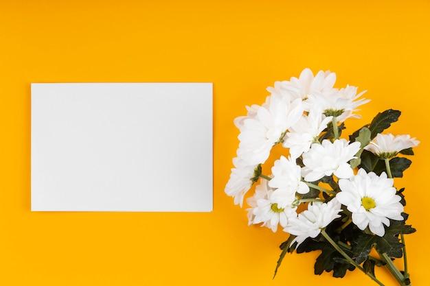 Asortyment białych kwiatów z pustą kartą