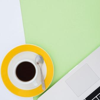 Asortyment biurka biznesowego z kawą