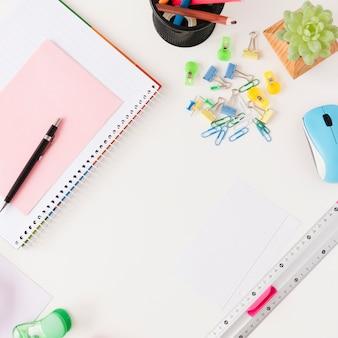 Asortyment biurka biznesowego z notebookiem