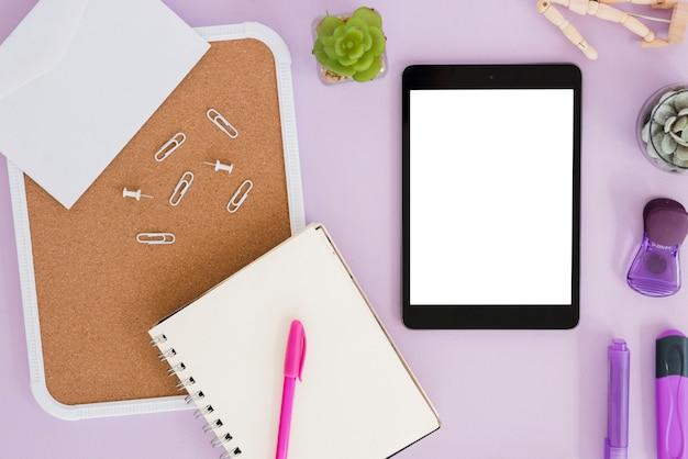 Asortyment biurka biznesowego z tabletem