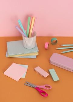 Asortyment biurka z artykułami szkolnymi