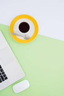 Asortyment biurka z filiżanką kawy