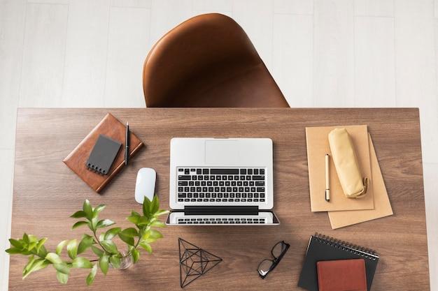 Asortyment biurka z laptopem na płasko