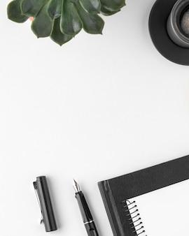 Asortyment biurka z widokiem z góry z miejscem na kopię