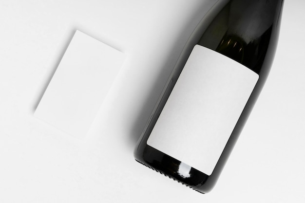 Asortyment butelek i papieru z widokiem z góry