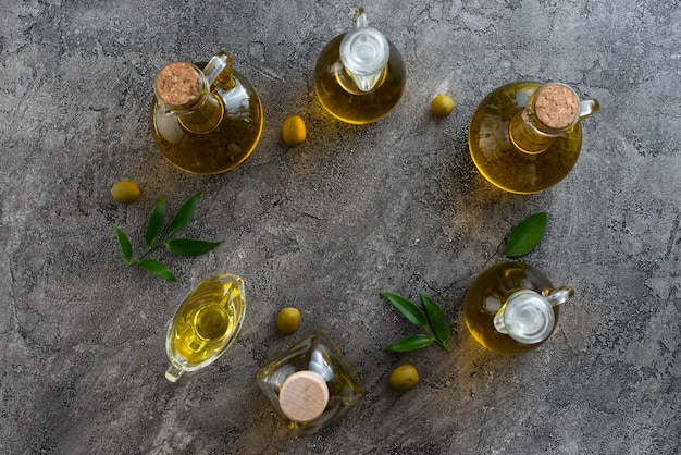 Asortyment butelek wypełnionych oliwą z oliwek