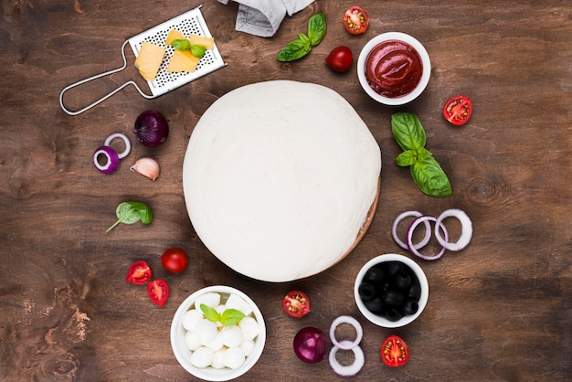 Asortyment ciasta do pizzy i warzyw