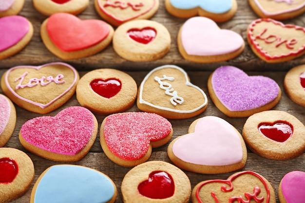 Asortyment ciasteczek miłości na drewnianym tle, zbliżenie