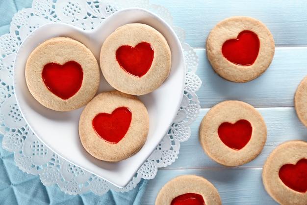 Asortyment ciasteczek miłości na niebieskim drewnianym stole