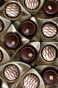 Asortyment cukierków czekoladowych w pudełku