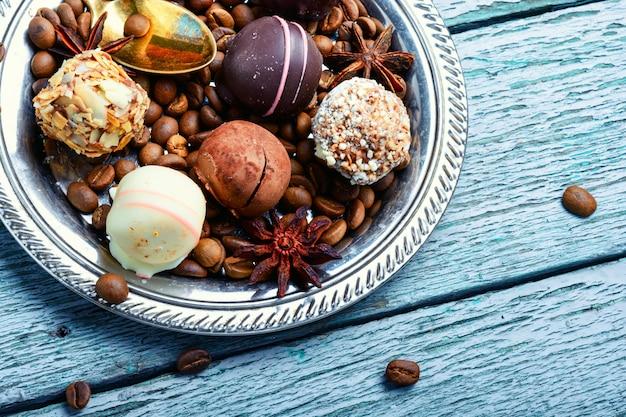 Asortyment cukierków czekoladowych
