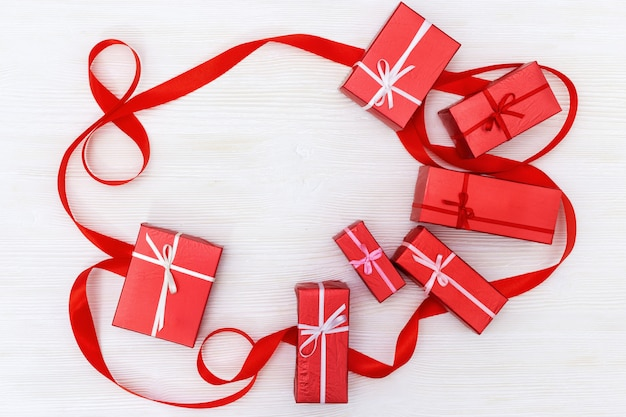 Asortyment czerwone pudełka na prezenty i numer 8 z czerwonej wstążki. skopiuj miejsce