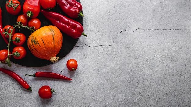 Asortyment czerwonych warzyw z widokiem z góry
