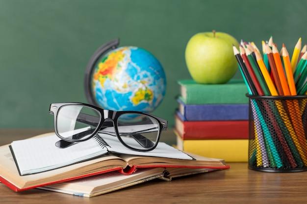 Asortyment dnia edukacji na stole