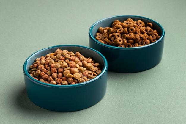 Asortyment domowych karm dla zwierząt domowych