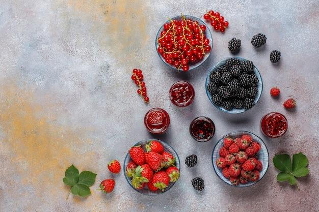 Asortyment dżemów jagodowych, widok z góry