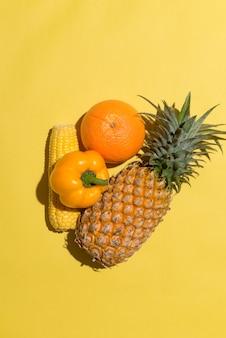 Asortyment egzotycznych owoców izolowanych na żółto