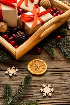 Asortyment elementów bożonarodzeniowych pod wysokim kątem