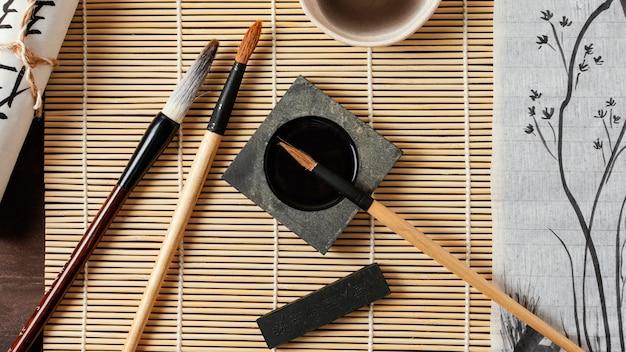 Asortyment elementów chińskiego atramentu z widokiem z góry